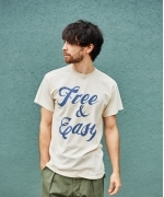 Free & Easy SCRIPT SS T SHIRTS(LIGHT BEIGE)(フリーアンドイージー Tシャツ)(Unisex)